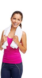 Lächelnde Frau mit pinken ärmellosen T-Shirt und einem weißen Handtuch um den Hals