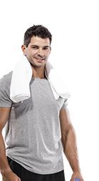Mann in einem grauen T-Shirt und einem weißem Handtuch über den Schultern
