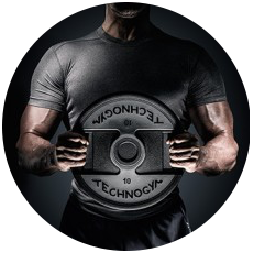 Trainierter Mann, welcher eine 10kg Gewichtsscheibe von TechnoGym mit beiden Händen vor seiner Brust hält