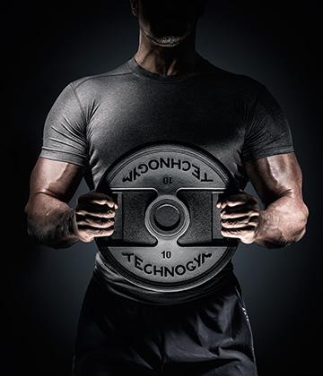 Training mit freien Gewichten und PureStrength im Workout mit Technogymgeräte